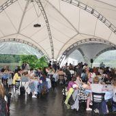 зеленая площадка с шатром для проведения   мероприятий в Москве