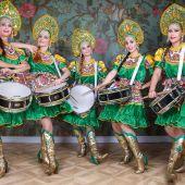 Ансамбль барабанщиц в русских народных костюмах